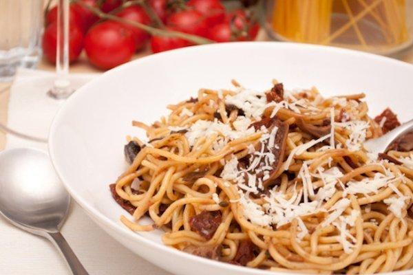 Spaghetti con pomodori secchi e funghi